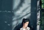 黑色的纱裙点缀白衬衫,陈都灵侧着脸在光影中若有所思。