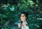 印花长裙和蝴蝶领衬衫将她清新的气质完美凸显,额前垂下的一缕头发,秀美的面庞若隐若现;