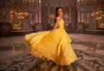 """提起小黄裙,或许大家就会想起上半年两部热门电影中的小黄裙。两个""""艾玛"""",两条小黄裙,却是各有风情:《爱乐之城》中石头姐的小黄裙明快而轻盈,《美女与野兽》中贝儿公主的小黄裙则华丽而优雅。"""