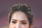 当地时间9月4日晚,中国女星许玮甯走上威尼斯电影节红毯,参加电影《三块广告牌》的展映。《三块广告牌》是此次威尼斯电影节主竞赛单元参赛片。许玮甯一身大地色拖地长裙。