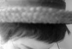 张歆艺戴着小礼帽和个性眼镜低头沉思