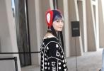 搭配红蓝毛毡造型帽