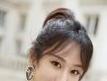 杨紫受邀前往巴黎头排看秀 轻松演绎法式chic风
