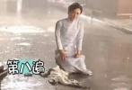 还有一次是在拍摄电影《密战》时,颖宝在冬天的雨里狂奔哭泣,一遍又一遍,寒风刺骨没有一句怨言,敬业程度可想而知。