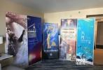"""美国洛杉矶当地时间11月1日,2017美国电影交易市场于洛杉矶开幕。由北京新闻出版广电局组织的中国北京电影代表团在此次电影市场""""中国展厅""""中设立联合展位,并通过各种不同形式参与展会,全方位多角度地向世界电影同行宣传北京电影和电影企业。中国北京电影代表团分别由北京国际电影节、阿里巴巴影业(北京)有限公司、北京新影联影业有限责任公司、北京宇际星海广告有限公司、国家大剧院、爱奇艺影业(北京)有限公司、优尼影视文化传媒(北京)有限公司、万达影视传媒有限公司和青年电影制片厂"""