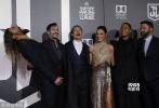 美国当地时间11月13日,《正义联盟》在洛杉矶举行首映礼。本·阿弗莱克、亨利·卡维尔、盖尔·加朵、杰森·莫玛、埃兹拉·米勒、雷·费舍尔、艾梅柏·希尔德、J·K·西蒙斯、康妮·尼尔森、戴安·琳恩一一亮相。盖尔·加朵金色长裙礼服美艳动人,雷·费舍尔与埃兹拉·米勒在现场旋转大跳,十分活泼。