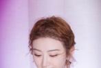 她穿一袭粉色纱裙礼服高贵优雅,精致面容低头微笑十分甜美。