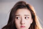 精灵古怪的宋祖儿仿佛漫画中走出的少女,对着镜头做出呆萌的鬼脸。
