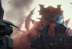 """由美国传奇影业、美国环球影业和善为影业联合出品的好莱坞科幻动作巨制《环太平洋:雷霆再起》正在院线热映。影片中的机甲燃战怪兽与炸裂视效收获了影迷的一片盛赞,目前共斩获5.71亿票房,势头不减。新曝光的""""紧急备战""""版预告中,怪兽军团大举来袭,巨型机甲与巨型怪兽即将展开团战,机甲驾驶员紧急备战,为惊天一役全力以赴,""""群架""""既视感燃爆热血!影片目前正在以2D、3D、中国巨幕、IMAX、杜比影院、杜比全景声、临境音以及4D制式登陆全国影院。"""