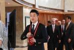 """4月10日上午,博鳌亚洲论坛2018年年会开幕式在海南博鳌举行,知名演员佟大为现身开幕式会场,一手揣着保温杯,一手拿着红色外皮的笔记本,""""老干部风""""十足。据悉,佟大为此次博鳌之行会重点关注最新科技和人工智能,11日他将参加人工智能领域的分论坛。这次是佟大为第二次亮相博鳌亚洲论坛,此前他曾出席2016年年会。"""