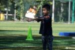沙溢晒安吉踢球照 称陪儿子玩有很成就感很开心