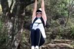 刘嘉玲沉迷登山自在快乐 装备齐全挂树上运动