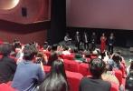 日前,电影《抵达之谜》亮相第23届釜山国际电影节,监制谢飞、导演宋文、主演李现、顾璇一同现身釜山红毯。10月9日,电影国际版海报和先导预告片首发,颇具质感的配色与电影冷冽阴郁的视觉风格相契合。