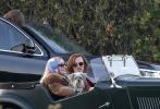 """10月23日,《好莱坞往事》曝光一组片场照,两大男神""""小李子""""莱昂纳多·迪卡普里奥和布拉德·皮特同乘一车惊喜亮相,男神皮特更向镜头挥手致意。玛歌特·罗比身着皮草怀抱雪纳瑞犬,坐在复古老爷车中大方微笑,美丽优雅。"""