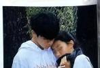 据香港娱乐周刊报道,陈奕迅14岁女儿陈康提被拍到与帅气男生十指紧扣现身街头。两人互动十分亲密,不仅被拍到在九龙塘依偎散步,还在逛商场拍拖。