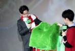 """12月6日,动画电影《绿毛怪格林奇》在京举办首映礼。格林奇的中文配音潘粤明来到现场,除了分享配音花絮,自称与格林奇同属""""吃货""""属性,还现场向到场的观众赠送格林奇同款毛衣、秋裤,气氛火热。"""