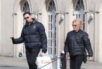 """近日,""""狼叔""""休·杰克曼在美国街头与妻子遛狗,两人十分惬意。同时,一组街拍照也获得网友关注,因为休·杰克曼身穿的羽绒服上,印有中文""""龙""""字,非常显眼。据了解,这件羽绒服就是成龙大哥所送。"""