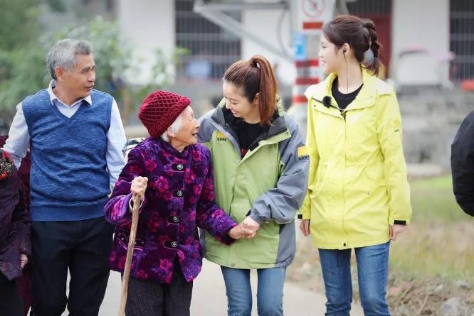 """""""还珠姐妹""""林心如赵薇再聚首 拍纪录片过百岁宴"""
