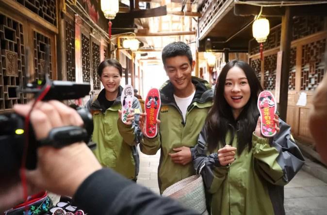 杜江霍思燕穿越200年逛集市:要带嗯哼住民宿