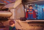 """由华纳兄弟影片公司出品,《蜘蛛侠:平行宇宙》金牌班底倾力打造的现象级爆笑动画《乐高大电影2》将于3月22日与中国的影迷朋友们见面。日前,片方曝出""""前情提要""""版预告,""""星爵""""克里斯·帕拉特二度激情献声贱萌机智的艾米特,魅力女神伊丽莎白·班克斯优雅归来再次声饰""""狂野妹""""露西,""""低音炮""""男神威尔·阿奈特再度倾情声献酷帅""""自恋""""的DC超级英雄蝙蝠侠,诸多人气角色悉数回归引爆期待。"""