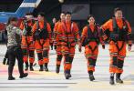 去年11月《紧急救援》在厦门开机后,剧组又转场福州,拍摄电影里救援指挥中心的戏份。完成这里的部分之后,导演和救援队成员还要飞往墨西哥,进行更多大场面的拍摄。