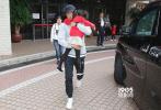 """3月5日,杨幂现身香港遭到媒体围堵,随后匆匆乘保姆车前往前夫刘恺威豪宅。有港媒报道称,杨幂此次赴港是来探望女儿""""小糯米""""。"""