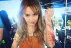 漫威开年之作《惊奇队长》在上映4天之后,票房已突破了6亿,片中饰演小时候的队长卡罗尔的童星麦肯娜·格瑞丝也引发了不少关注。近日,一张麦肯娜在片场的受伤照曝出,虽是经过化妆后的效果,但也让不少网友惊呼心疼。