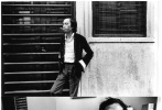 """近日,一位名为""""火山边缘""""的网友在微博上发布了一组由摄影师卢玉莹拍摄下的香港电影人旧照。镜头下出现的人有些直到现在仍声名鼎沸,但彼时依然青涩;还有一些人在此后的演艺路上仍是籍籍无名,但镜头也忠实纪录下了他/她们在当时的灿烂年华。"""