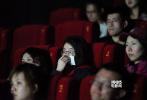 """同档期最受期待催泪爱情电影《比悲伤更悲伤的故事》3月11日在北京举行首映,导演林孝谦、编剧吕安弦和男主角刘以豪惊喜现身,贴心送上定制纸巾和爱的抱抱,引爆全场。放映过程中影厅内啜泣声此起彼伏,电影穿透年龄界限,男女老少都沦陷在悲伤中。电影未正式公映已火爆网络,口碑表现十分优异,更带动想看人数成为同档期第一名!片方今日贴心发布""""唯一观影指南""""视频,告诉大家携带纸巾的重要性,相信3月14日白色情人节电影正式上映后,必将在全国掀起一股更加强劲的悲伤热潮。"""
