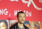 """于第69届柏林国际电影节上一举斩获最佳?#23567;?#22899;主角两座""""银熊奖""""的华语片《地久天长》3月12日晚在北京举行首映礼。?#20339;?#29579;小帅以""""主人""""的姿态在红毯一一迎接到场观影的圈中好友,曹保平、蒋雯丽、黄渤、姚晨、廖凡、王千源、尚雯婕、包贝尔等先后现身红毯,《地久天长》主演王景春、咏梅、齐溪、杜江等则压轴登场。"""