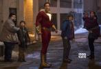 近日,DC旗下的《沙赞》公布了一批全新的剧照。在剧照上,超级英雄沙赞喝可乐、劈砖,时而眉头紧锁,时而一脸懵懂,影片的喜剧风格,算是一览无遗。