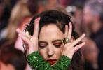 近日,由蒂姆·波顿执导的重拍版《小飞象》举办了伦敦首映礼,女主角伊娃·格林身穿一袭绿色长裙亮相,分外引人注目。
