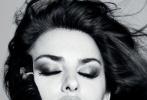 近日,西班牙《Vogue》四月刊发布了佩内洛普·克鲁兹的最新写真,分别以黑色与彩色摄影捕捉了佩内洛普·克鲁兹的独特韵味。