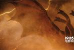"""由传奇影业、华纳兄弟影片公司联合打造的""""怪兽宇宙""""系列电影第三部力作《哥斯拉2:怪兽之王》(暂译)发布""""巨兽浩劫""""版预告,曝光超多新镜头,再度解锁怪兽新技能,其中三头王者基多拉释放雷霆闪电炸亮全屏,还与哥斯拉在灼目电光里上演肉搏大战,全程视效炸裂,令人看到瞠目结舌!预告还曝出惊人数字""""17"""",似乎暗示片中或将出现17只巨兽,史无前例的巨兽浩劫毁天灭地震撼来袭,电影将于5月31日北美公映。"""