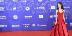 北影节红毯《双生》剧组亮相 陈都灵鲜红长裙耀眼