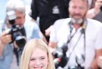 """法国时间5月14日,戛纳国际电影节第72次拉开大幕。和去年明星演员坐镇评委主席,张震担任主竞赛评委的热闹场面相比,今年的戛纳对于普通观众来说,似乎少了点亮点。虽然墨西哥导演亚利桑德罗·冈萨雷斯·伊纳里图领衔的评审团导演居多,也不妨碍戛纳记者们的""""追星"""",记者会的队伍之长也是近几年少有。"""