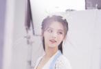 """5月19日,一组杨超越""""小龙女""""造型惊艳曝光。身穿蓝白色渐变古风长裙,长发上点缀精美发饰,整容精致;杨超越头上的一对龙角俏皮可爱。"""