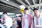 近日,因网剧《致我们暖暖的小时光》主演邢菲、林一收获高人气。近日,林一受邀赴泰国出席活动,一出机场,就收获了粉丝的热烈应援,人气爆表。