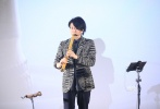 5月23日,纪录电影《尺八·一声一世》在北京举行了盛大的首映礼。电影导演聿馨携佐藤康夫,小凑昭尚,蔡鸿文等悉数亮相。与此同时,歌手于湉、歌手莫西子诗等人也出席活动。影片通过记录中日美等国的尺八演奏家、制管师、学习者的生活,折射古老乐器尺八在当下的困境与希望。本片还得到梁文道、陆川、龚琳娜大力支持,并特别出演。据悉,电影《尺八·一声一世》将于5月31日上映。