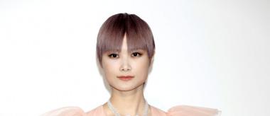 李宇春高調亮相戛納晚宴 粉紅色紗裙女性韻味十足