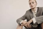 """近日,""""黑凤凰""""的扮演者苏菲·特纳为《Porter Edit》2019年6月刊拍摄的一组写真曝光,照片中,苏菲梳起了""""大背头"""",身着西装等中性风服饰,显得攻气十足。"""