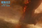 """由传奇影业、华纳兄弟影片公司、华桦文化联合打造的好莱坞科幻灾难动作巨制、""""怪兽宇宙""""系列电影第三部力作《哥斯拉2:怪兽之王》正在全国热映中,累计票房已破5亿。哥斯拉、基多拉、摩斯拉和拉顿领衔的怪兽""""全明星阵容""""成为了近期的最热银幕主角,今日影片发布""""怪兽宇宙""""版特辑,导演迈克尔·道赫蒂携众主演""""花式安利""""四大怪兽,并借电影画面展现了怪兽宇宙的宏大与升级。"""