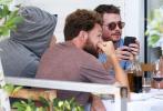 """6月6日,演员""""小李子""""莱昂纳多·迪卡普里奥和凯文·康诺利外出聚餐被跟拍,发现""""狗仔""""后莱昂纳多·迪卡普里奥迅速戴上鸭舌帽,并压低帽檐,还用上衣帽子包裹住头部。在和朋友们就坐后莱昂纳多·迪卡普里奥也是以全程""""后脑勺""""对着狗仔们,让人根本拍不到任何面部照片。"""