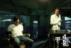 由王晶、关智耀联合执导的警匪犯罪电影《追龙Ⅱ》在今年竞争激烈的端午档期之中,首日便票房破亿,这部与好莱坞大片正面刚的华语警匪电影《追龙II》首战告捷。影片6月8日曝光幕后制作特辑,特辑中展现了影片中飙车、枪戏对决、爆炸等精彩戏份的拍摄过程,影片场景惊险刺激,震撼爆表。《追龙II》由梁家辉、古天乐、林家栋、邱意浓、叶项明、任达华、杜江共同出演,目前正在全国热映中。