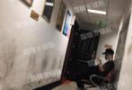 6月11日,有媒体拍到曹云金与妻子唐菀现身天津市民政局办理离婚手续。曹云金身穿深色短袖,帽子、口罩遮面;跟在身后的唐菀穿着清凉吊带,一头橘色头发十分抢眼。