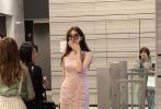 6月11日,有网友通过微博分享了一组林志玲的生图。照片中,志玲姐姐一袭镂空连身分群,戴着精致链条耳饰,妆容精致,戴着时尚墨镜,拎着包包尽显优雅。