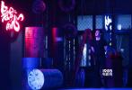 """6月11日晚,电影《冠军的心》在北京首映,导演刘奋斗携男女主角杨坤、夏梓桐出席。开场,杨坤以一种相当硬核的方式,驾驶着一辆重型机车冲上舞台,也契合了影片""""地下拳坛""""荷尔蒙爆表的气质。"""