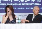 6月16日中午,第22届上海国际电影节首日,秦海璐导演处女作《拂乡心》作为主竞赛单元首部亮相的作品,在放映结束后举行了记者会。虽然秦海璐本人未能来到现场,但电影的主角,96岁高龄的演员常枫来到现场,成为了记者会的感动瞬间。