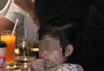 6月16日,林心如、霍建华夫妻带着女儿小海豚下身台湾一家酒店聚餐被拍。画面中,夫妻二人一黑一白的休闲装扮,女儿小海豚扎着两条羊角辫,身穿白色上衣,坐在背对镜头的位置,乖巧的吃饭,吃饭后还会自己拿纸巾擦嘴。