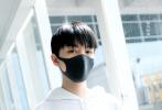 6月18日,王俊凯现身北京首都国际机场。路透照中,顺毛发型王俊凯身穿白色帽衫卫衣,搭配蓝色牛仔裤,休闲运动风的穿搭,更加凸显了小凯身上的少年感。
